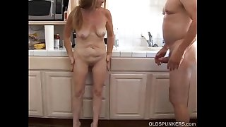 Sexy mature amateur loves to..